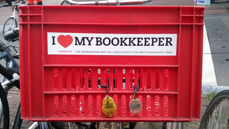 0261. www.admin.nl - I love my bookkeeper - sticker - fietskrat - bicycle crate - Fietsbakje rood en rode fiets - lady in red - communisme.jpg