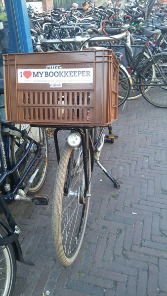 0271. www.admin.nl - I love my bookkeeper - sticker - fietskrat - bicycle crate - Fietsbakje licht bruin fiets - Stopera - Waterlooplein - Mokum.jpg